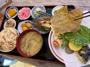 いっ福定食。ささげご飯に桑の葉や山ぶどうの葉の天ぷら等が美味い