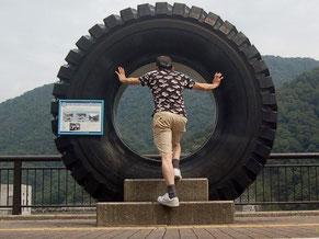 ダムサイト公園に展示されていた49インチの巨大タイヤ