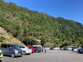三重県側にある武平峠駐車場。背景の山は御在所岳