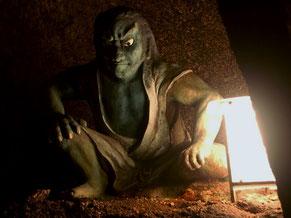 鎌倉時代にいたという関の太郎の像。鬼ノ岩屋の中で