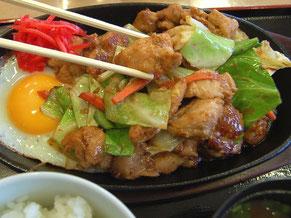 熱々鉄板で出てくるピリ辛炒めのケイちゃんが美味しい