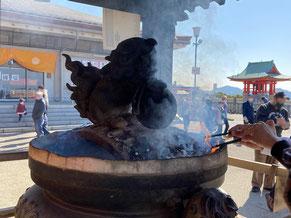 本堂前にある常香炉の煙を浴びて、まずはお清め