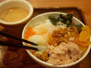 もっくるモーニングはトッピングで好みの卵かけご飯が作れる