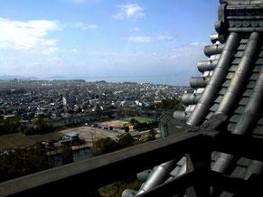 彦根城の天守から琵琶湖を見下ろす。入場料800円