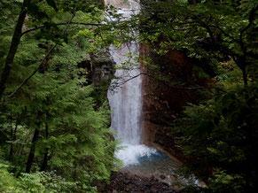 市営露天風呂のそばにある緋の滝。岩壁は温泉の影響で赤色