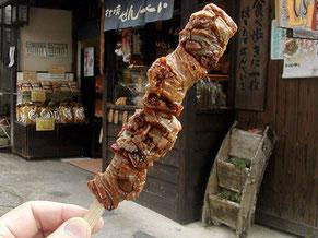 串に刺さったぬれおかき。たまり醤油の味と食感が人気