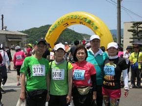 完走した後,渡辺和子さん,村上夫妻と記念撮影