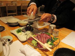 カツオのタタキにモンゴルの岩塩をかけて塩タタキにして食べる。手前はシマカツオの刺身。