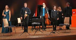 Nehmen stürmischen Applaus entgegen: die Musiker des Berolina Ensembles Friederike Roth (von links), David Gorol, Jule Hinrichsen, Viller Valbonesi, Isabelle Bania und Dorian Wetzel.