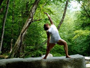 Bild zu Körper und Achtsamkeit im Führungskräftetraining Fit for Leadership, Frau beim Yoga im Wald