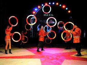 Bild zu Baustein Teamplay im Führungskräftetraining Fit for Leadership, Artisten beim Jonglieren