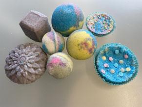 Link zur Terminanfrage Kindergeburtstag Düsseldorf Badekugeln Workshop Badekugel vor buntem Hintergrund