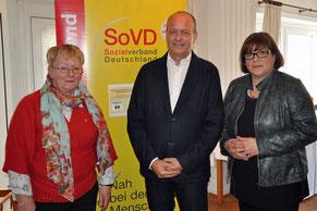 Bild 2: v.l.n.r. Irmtraut Sarau, SoVD Kreisvorsitzende, Ingo Löding und Anja Lauschke, stellvertretende SoVD Kreisvorsitzende