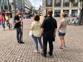 """Detailaufnahme """"Unzeitgemäße Zeitgenossen"""" in Leipzig, im Hintergrund Passanten"""