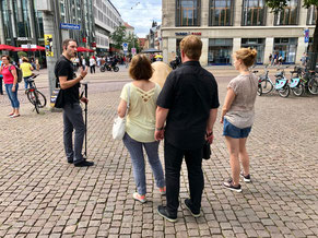 Stadtführung in Leipzig an der Glocke der Demokratie auf dem Augustusplatz