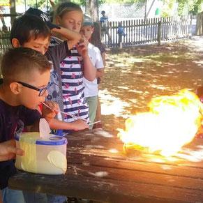 Ein Bursche spuckt mit Bärlappsporen Feuer.