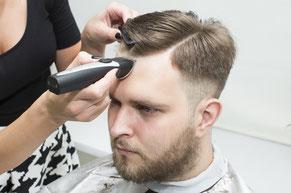 Haarschnitt Mann mit Haarschneidemaschine