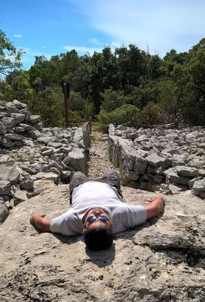 Travail sur un dolmen
