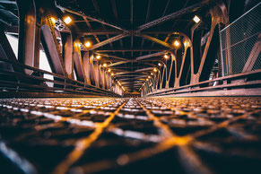Auf diesem Bild ist ein Brückedurchgang zusehen. Brücken bauen um auch in Krisenzeiten durchzuhalten. Für mehr Informationen, lies bitte den Bilduntertitel.