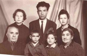 Слева стоит Бася, сидит Израиль, семья Гипхиных (маленькая девочка - наш корреспондент Белла, ее брат Виталий,  стоят их родители, сидит бабушка), 1967 г.