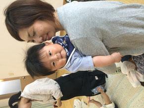 単身参加のおがちゃんは、他のみんなの赤ちゃんを次々に抱っこ!抱っこする方もされる方も嬉しいね!!