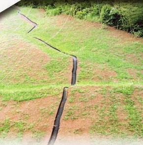 デコボコの芝の法面でも簡単に設置出来るU字溝