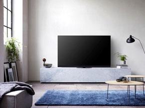 Fernsehgeräte von Panasonic, Metz, Samsung mit Wandmontage und Soundbarsystem