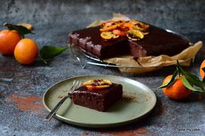 glutenfreier und veganer Himbeer-Schokoladen Kuchen, laktosefrei, weizenfrei mit Orangen