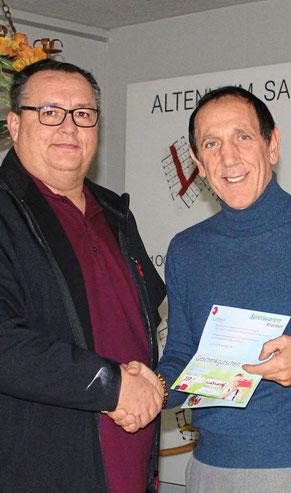 Spendengutscheine übergeben: (v.l.) Bertram Hlawatsch mit Vincenzo Scalisi, dem Leiter von St. Georg,