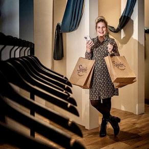 Eigenaresse Sjiek Lienden (Steffi) in winkel gefotografeerd