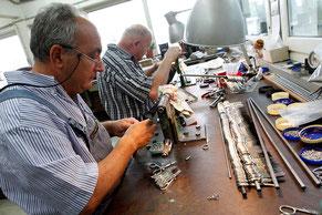 Niegeloh Mitarbeiter bei der Herstellung von Scheren