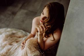 Junge Frauen freuen sich bei einem Junggesellinnenabschied im Mohnblumenfeld bei Mainz