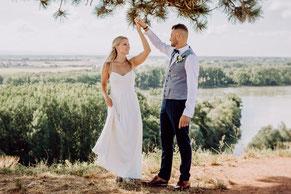 Brautpaar lächelt glücklich in die Kamera