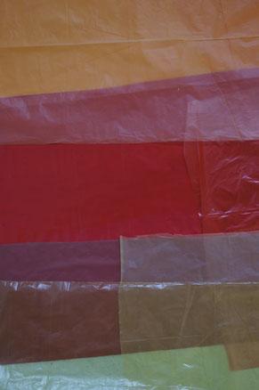 horizontal verlaufende Sreifen, warme Farben