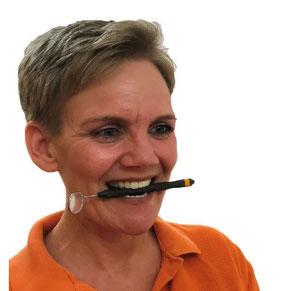 Beatrice Achard im Portrait mit einem Zahnspiegel im Mund