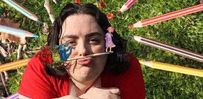 L'illustratrice Cloé Perrotin entourée de crayons de couleurs