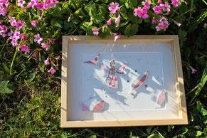 Tableau de l'illustratrice Cloé Perrotin au camaïeu de roses en papiers découpés en relief façon théâtre