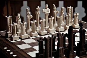 Schachbrett mit Schachfiguren handgeschnitzt