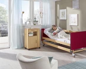 Pflegebett, Beistelltisch in der Wohnung und zuhause