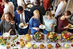 Gäste an einem Buffet auf einer Veranstaltung