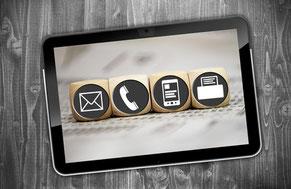 Verschiedene Kommunikationskanäle wie E-Mail, Telefon, Mobiltelefon und Fax