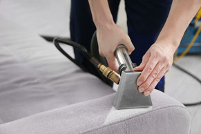 Teppichreinigung-mueden.de, Start, Bild Polster mit Mann der reinigt