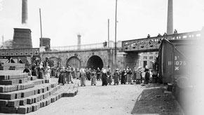 A la grand-Combe, les femmes travaillent à la mine, notamment au chargement des briquettes. 9 juillet 1916. Source: Centenaire.org