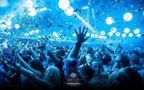 Folksamling i blått ljus