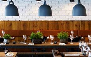 Dukat bord med tre lampor ovanför