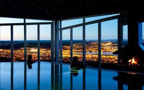 Spa med utsikt över stad