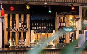 Bar med spritflaskor och hängande belysning
