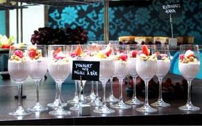 Vinglas med yoghurt, musli och bär