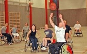 Åtta personer spelar rullstolsbasket