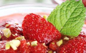 Närbild på jordgubbar och grönt blad